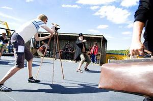 På onsdag är det premiär på Vidundret i Hoverberg. Här repeterar skådespelarna öppningsscenen.