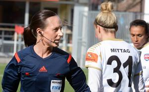 Svenska fotbollsdomaren Pernilla Larsson ska döma matchen Japan-Kamerun.