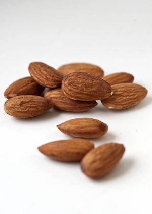 Sötmandel har odlats ända sedan 400-talet före Kristus. Egentligen är det ett frö som växer inuti mandelträdets kärna.Foto: Shutterstock.com