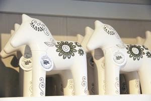 Trähästar som säljs till förmån för Barncancerfonden.