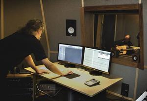 Janne Öhman har byggt studion och sköter tekniken i kontrollrummet.