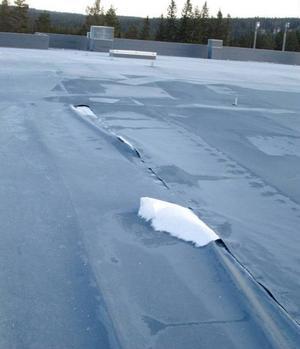 Revan i taket – som hade kunnat släppa in fukt – lagades dagen efter stormen.