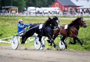 Rikard N Skoglund vinner här V5:s första avdelning med norska hästen Rigeljärven. Tiden stannade på 17,96. Qvarting med Lars Ångström i sulkyn slutade tvåa.