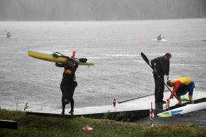 Regn och hagel ställde till detm, bland annat för hemmapaddlaren Moa Kolvereid.