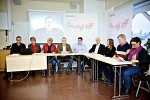 Nio partier har enats om en värdegrund för Borlänge kommun. Jerker Dahlbäck projektledare, Åsa Granath kommundirektör, Mari Jonsson (S), Ulrik Bergman (M), Jonas Hillerström (KD), Lars Ingvarsson (FP), Barbro Gossas (MP), Leif Lindström (V) och Marie Edenhager (SD). På bilden saknas Gun Rosenborg (OFA) och Karin Örjes (C).
