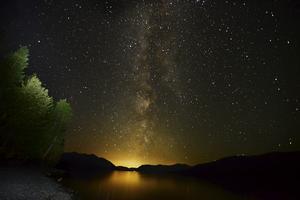 Ser du stjärnan i det blå? Stjärnhimmel över Lake McDonald i Glacier National Park i Montana.