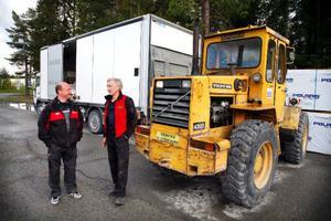 Hjullastaren, lastbilen och fyrhjulningarna återfanns på en parkering i Odenskog.– En fräckt kuppförsök, konstaterar Lars-Åke Isaksson, en av ägarna till Motorhuset.– Genom en telefon- och radiokedja med åkerifolk hade vi inom 30 minuter kontakt med många chaufförer i ett stort område i och utanför Östersund och som spanade efter lastbilen, berättar åkeriägaren Karl-Evert Green till höger.Foto: Denny Calvo