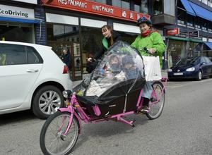 Familj på väg. Wiltrud Daniels med barnen Tryggve och Ylva, tar gärna cykeln även när det gäller lite längre sträckor.