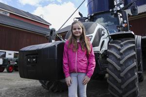 Adina Eriksson gillar maskiner och favoriten är den här traktorn.