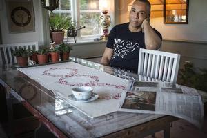 Krister St Hill har sitt hus dekorerat i Hälsingestil. Löparen på bordet är hans eget verk.