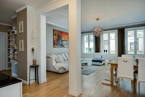 Lägenheten ligger i ett  sekelskifteshus i centrala Östersund, med höga fönster och högt i takt.
