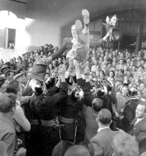 Henry Eriksson hissas vid hemkomsten förOS guldetOS-bilagan *** Local Caption *** Hyllad OS-hjälte. Guld-Henry.Henry Eriksson hyllades vid hemkomsten från OS i London 1948. Henry, som sedan dess gick under namnet Guld-Henry, vann överraskande 1 500-metersloppet på tiden 3.49,8.