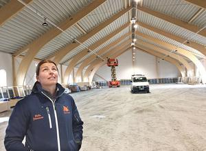 Malin Johansson konstaterar att det nya ridhuset blir ljust och luftigt.