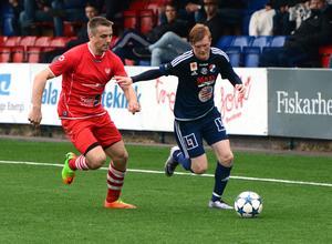 Jonathan Forsberg, till höger, gjorde matchens enda mål när Kvarnsveden slog Skiljebo under lördagen. (Arkivbild)