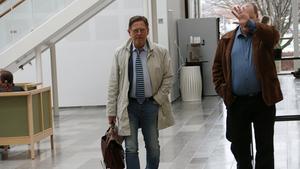 Stefan Vestling (SD) på väg in till rättegångssalen tillsammans med advokaten Thomas Carlstedt.
