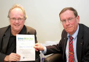 Sven-Olov Hiller fick ett eftertraktat diplom för andra gången på två år av taxiförbundets Per-Åke Gustavsson.