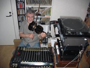 Här skapas både musik och radio. Åke Blom spelar in sina program hemma, sen sänds de ut från Pingstkyrkans radiostudio.