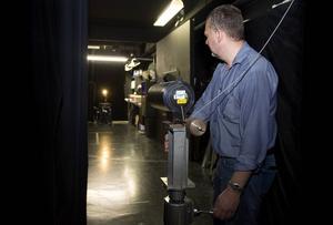 Håkan Skoogh mäter lampornas ljusspridning.