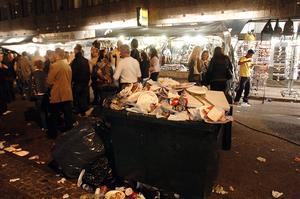 Den här bilden från Cityfesten 2005 illustrerar förmodligen mängden skräp som var i omlopp bättre.