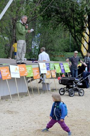 Per Hedman talade till de föräldrar och barn som kommit för att gå i demonstrationståget.