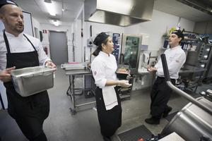 Andreas Synnerborn, Victoria Mendoza och Ronny Lache förbereder maten inför tävlingen.