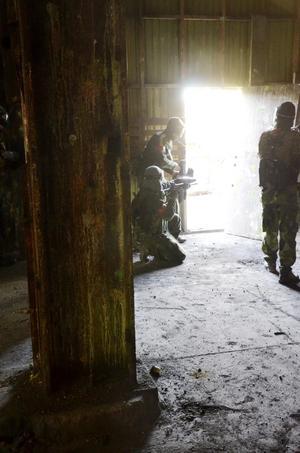 Håller ställningen. Några spelare håller vakt vid en av ingångarna till kulsinterverket.