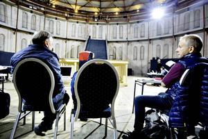 Peter Oskarson och Peter Holm konfererar.