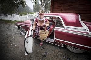 En Ford Thunderbird från 1960 kom Anita Munther glidande i.