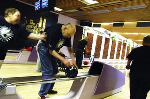 Tävlingsnerver. Det var många heta känslor när vårens bowlingtävling skulle avgöras i Vasahallen.