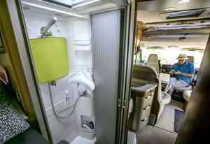 Husbilen är utrustad med separat dusch. Vattentanken rymmer 150 liter.