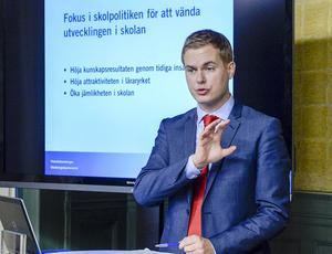 Skolminister Gustav Fridolin får tips på återställare.