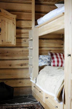 Ett litet krypin för gäster med vackert offerdalsskiffer på golvet och säng och garderob i egen tillverkning.