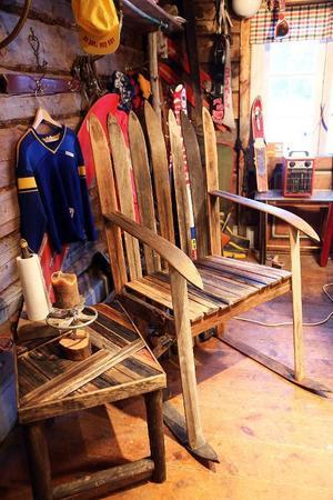 Första stolen han byggde tog 15 timmar för två man att tillverka och det gick åt 14 par skidor. Nu är produktionen bättre och effektivare.