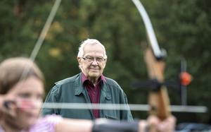 Bert Winberg håller ett vakande öga på nykomlingarna i bågskytteklubben. De träffas varje måndag på planen vid Römosse, och på vinterhalvåret i källarlokalen i Folkets hus.