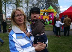 Talade. Anna-Carin Kax med barnbarnet Theodor 1 år, talade om att bygga en ny framtid.