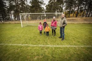 Stella, Oskar, Gustav och Lina Boström tillsammans med Kent Halvarsson, ogillar förslaget att det ska byggas förskola på fotbollsplanen och skogen vid Jägarvallen.