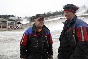 Torbjörn Sundin och Karl-Erik Sverre, konstsnötillverkare i Järvsöbacken trivs tider som dessa.