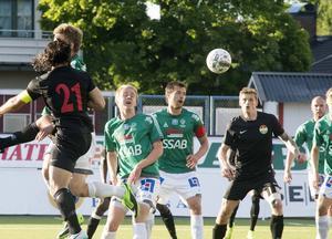 Anton Lundin, Peter Magnusson och Peter Nilsson har fullt fokus på bollen. Bild: Mikael Forslund