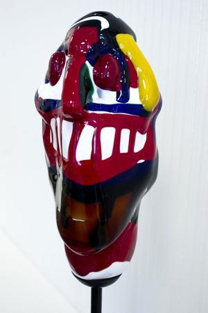 Två av utställningens dyrgripar. En glasskulptur och en tavla som Bengt Lindström målade på 60-talet.