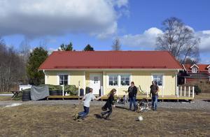 Liv och lek framför den nya solgula villan. För Meija, Melvin, Andrietta och Tomas Ogebrand-Gustafsson betyder inte prylar lika mycket längre.