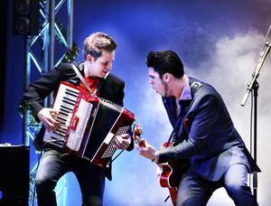 De har hittat varandra. Stefan Nykvist från Lars Kristerz och supergitarristen John Lindberg trivs tillsammans i julshowen som annars är baserad i Rättvik.