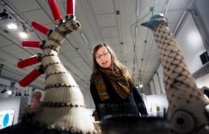 Linda Svedberg ställer ut dysfunktionella keramikfamiljen Hemtrevnad.