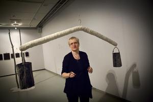 minnen. Helena Mutanens utställning Narratio, med bland annat installationen Bärare, invigs i morgon.