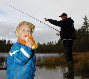 Pär Björkkvist med sonen Jerry hade kört upp från Helsingborg för att kunna delta på jubileumsdagen. Jerry njuter av en dricka medan Pär sysselsätter sig med fisket.