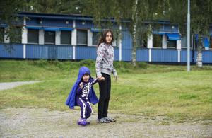syskon. Amina och Mohammad utanför sitt tillfälliga hem.