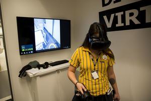 Ewelina Björklund, gruppchef Västeråsvaruhusets köksavdelning, testar ett av VR-köken.