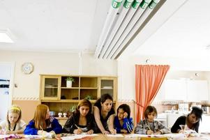 STÖTTNING. Bildläraren Samira Raza (stående i mitten) finns till hands för att stötta flickornas kreativitet. Flickorna är (från vänster) Linnea Edvardsson, Klara Parneborg, Tina Sherzad, Shato Aziz, Lanya Sherzad och Rodas Abraham.