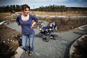 John, nio månader, är naturligtvis med när mamma Marie Gunnarsson arbetar i sin studieträdgård. Foto: Anneli Åsén