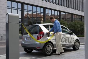 Till det yttre ser E-Cell likadan ut som en vanlig Mercedes A-Klass. Elmotorn sitter framtill medan batterierna ligger under golvet, utan att stjäla något utrymme från vare sig passagerare eller bagage.Foto: Daimler