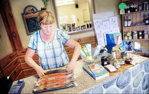 Monica Persson driver en fiskebutik i Börtnan. Hennes företag odlar mellan 40 och 50 ton fisk per år.